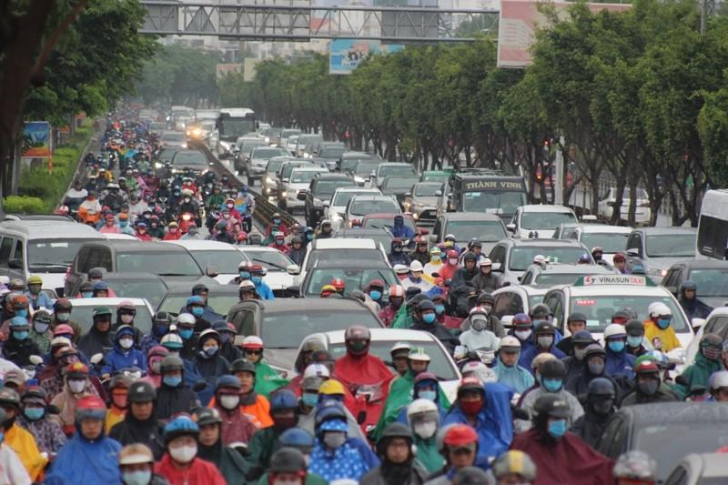 Hàng ngàn người dầm mưa tại đường Điện Biên Phủ do kẹt xe - ảnh 1