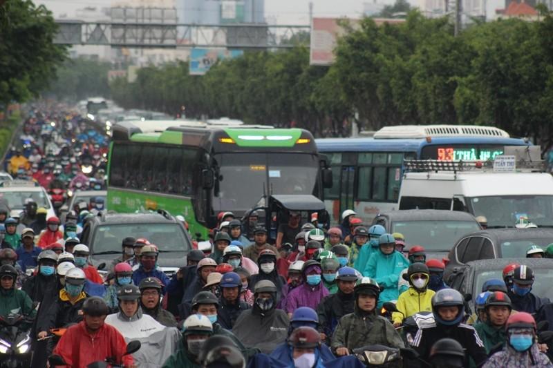 Hàng ngàn người dầm mưa tại đường Điện Biên Phủ do kẹt xe - ảnh 4