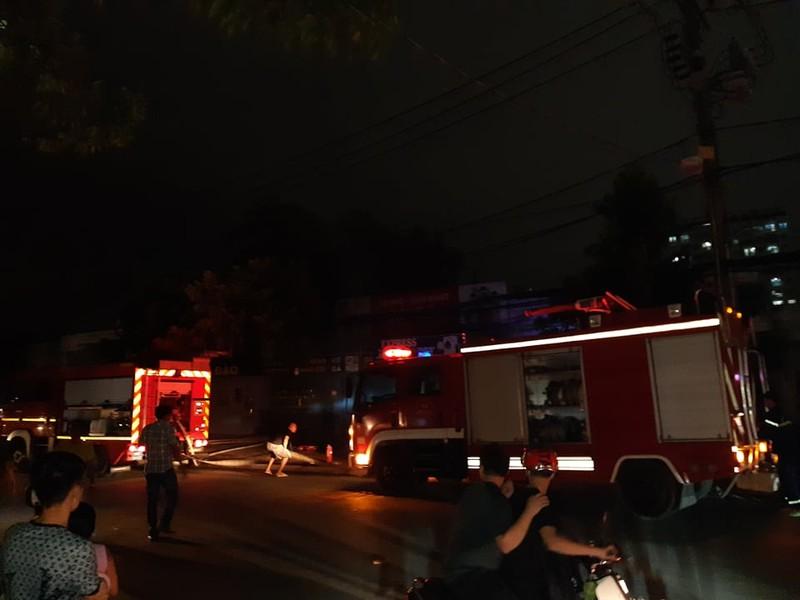 Nhiều khách hoảng loạn khi quán nước quận 7 cháy - ảnh 1