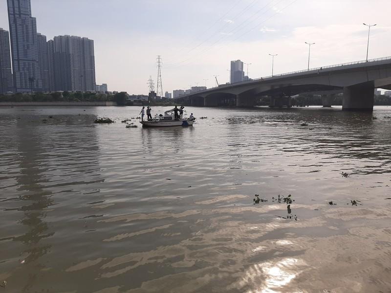Cảnh sát lặn cả buổi tìm nam thanh niên nhảy cầu Sài Gòn - ảnh 1