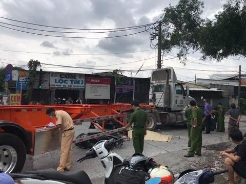 Container ôm cua tông chết người đi xe máy tại quận 2 - ảnh 1