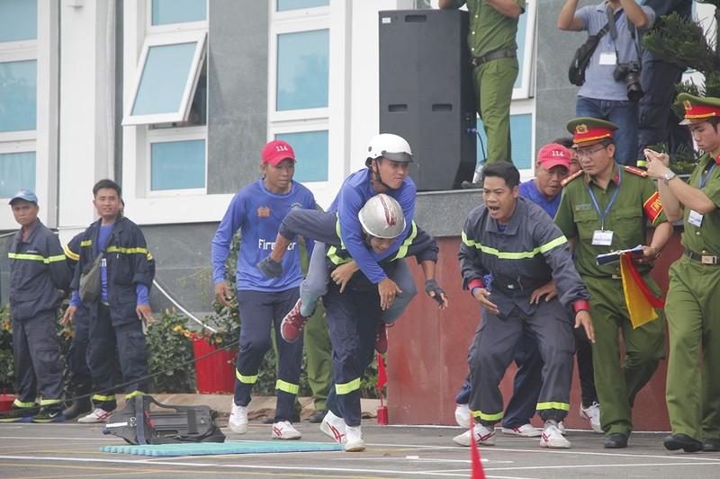 Xem 600 Cảnh sát PCCC vượt tường lửa ngoạn mục - ảnh 9