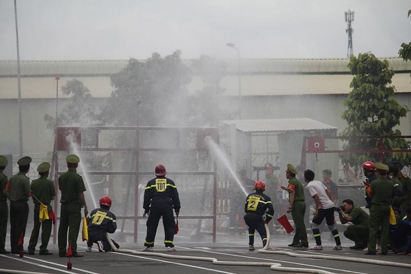 Xem 600 Cảnh sát PCCC vượt tường lửa ngoạn mục - ảnh 4