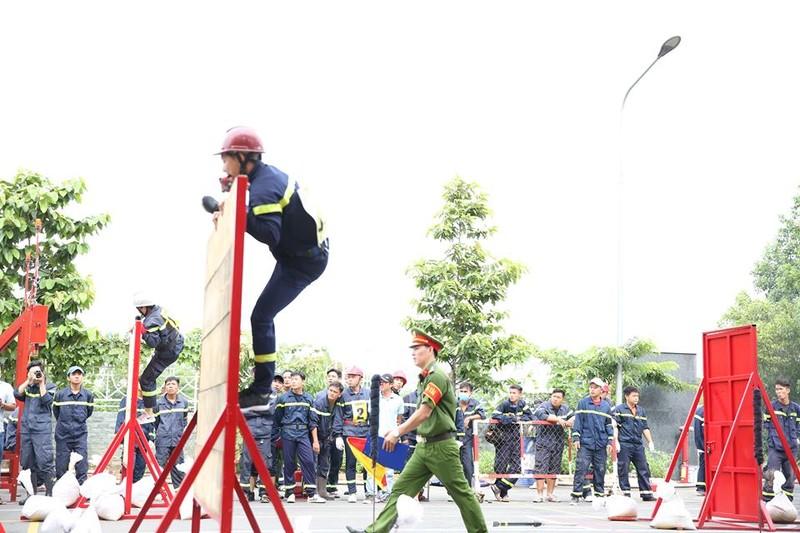 Xem 600 Cảnh sát PCCC vượt tường lửa ngoạn mục - ảnh 7