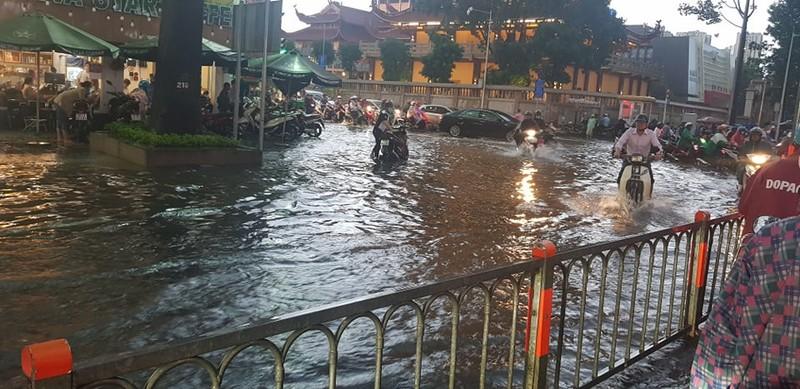 Hình ảnh nhiều nơi tại TP.HCM ngập nặng do mưa lớn - ảnh 4
