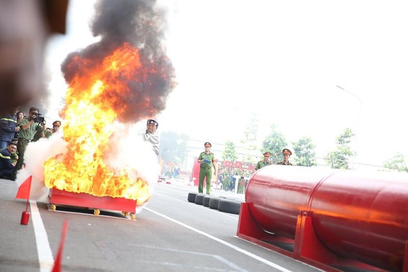 Xem 600 Cảnh sát PCCC vượt tường lửa ngoạn mục - ảnh 8