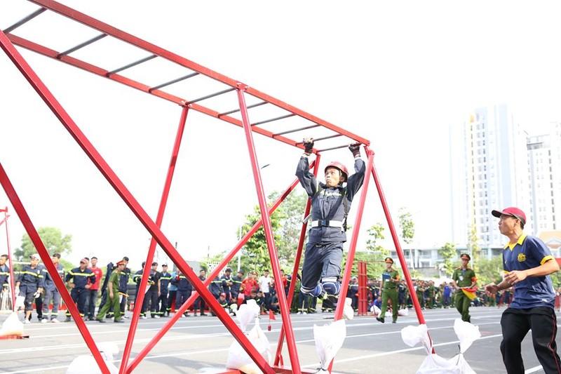 Xem 600 Cảnh sát PCCC vượt tường lửa ngoạn mục - ảnh 6