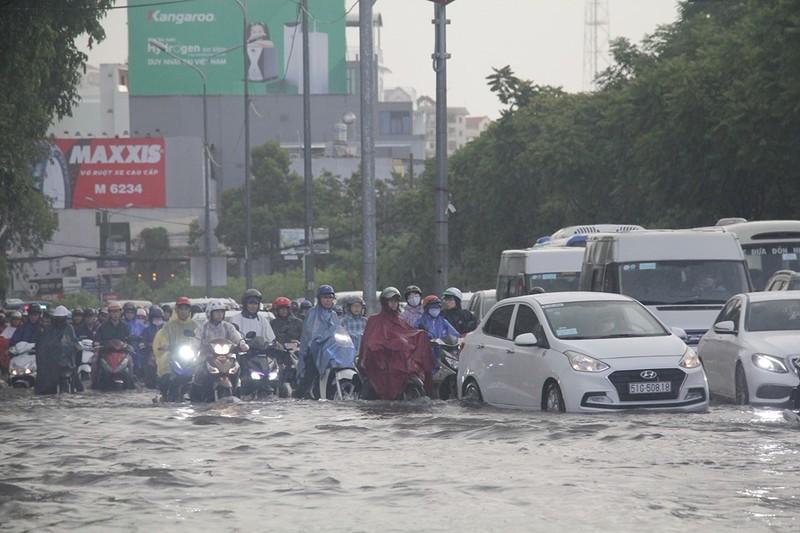 Hình ảnh nhiều nơi tại TP.HCM ngập nặng do mưa lớn - ảnh 1
