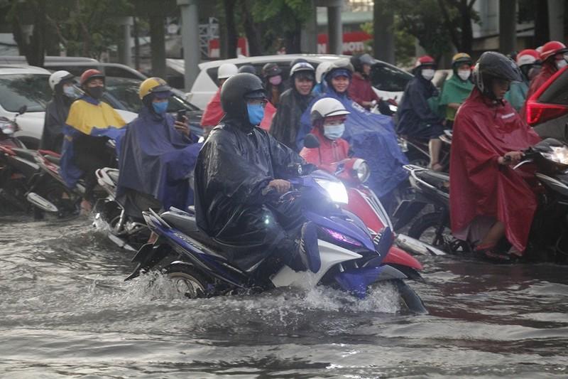 Hình ảnh nhiều nơi tại TP.HCM ngập nặng do mưa lớn - ảnh 2