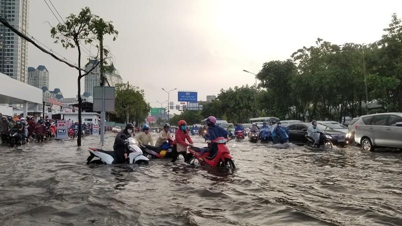 Hình ảnh nhiều nơi tại TP.HCM ngập nặng do mưa lớn - ảnh 3