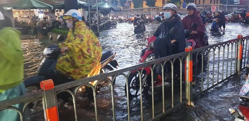 Hình ảnh nhiều nơi tại TP.HCM ngập nặng do mưa lớn - ảnh 5