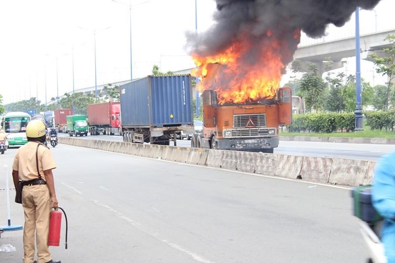 Xe container bốc cháy dữ dội trên xa lộ Hà Nội - ảnh 1