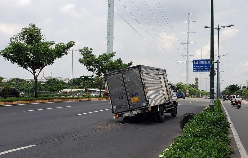 Dân hú vía khi bánh xe tải lăn tự do hàng trăm mét trên đại lộ - ảnh 1
