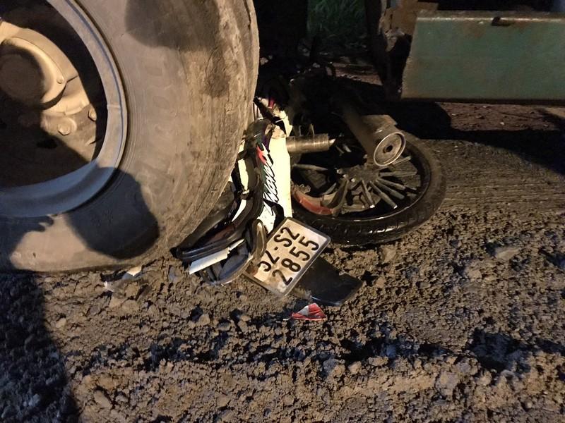 Nâng container đưa nạn nhân tai nạn giao thông ra ngoài - ảnh 1