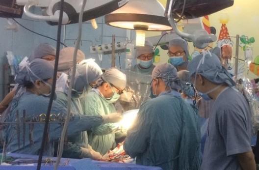 Công an điều tra vụ bé 9 tuổi bị vật nhọn đâm thủng tim - ảnh 1