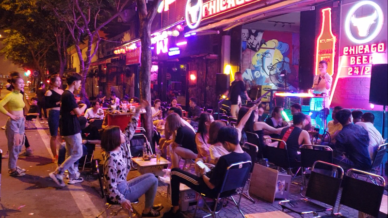 Gò Vấp xử lý các Beer Club tràn ra đường Phạm Văn Đồng - ảnh 1