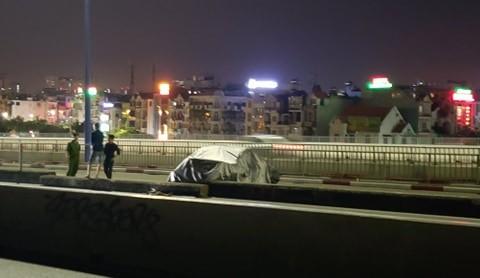 Ô tô BMW bị gỡ biển số, trùm bạt kín nằm trên cầu Sài Gòn - ảnh 1
