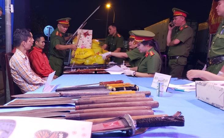 Dân khu chợ đầu mối Thủ Đức nộp gần trăm kiếm, súng, lựu đạn - ảnh 2