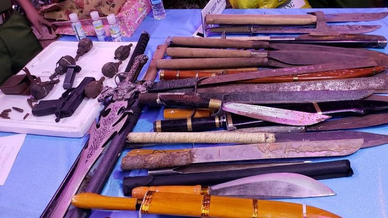 Dân khu chợ đầu mối Thủ Đức nộp gần trăm kiếm, súng, lựu đạn - ảnh 3