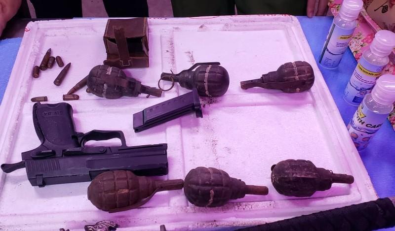 Dân khu chợ đầu mối Thủ Đức nộp gần trăm kiếm, súng, lựu đạn - ảnh 4