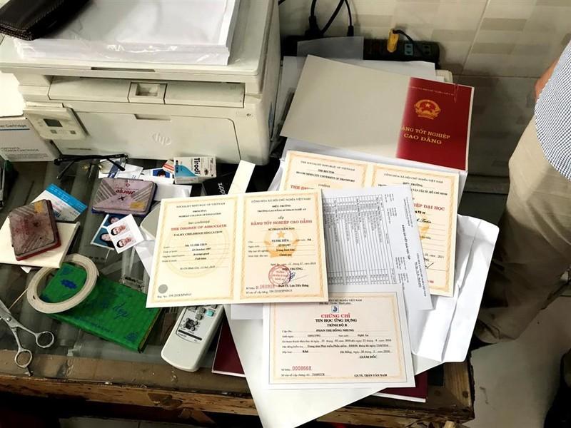 Ổ làm giả giấy tờ có hơn 1500 con dấu các trường, cơ quan... - ảnh 2