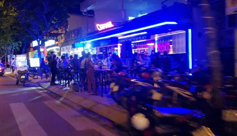 Quán nhậu lấy lòng đường Phạm Văn Đồng làm nơi giữ xe - ảnh 4