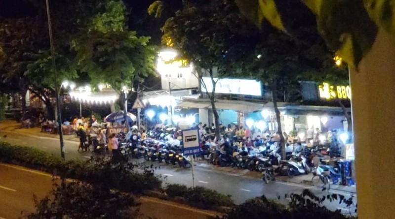 Quán nhậu lấy lòng đường Phạm Văn Đồng làm nơi giữ xe - ảnh 2
