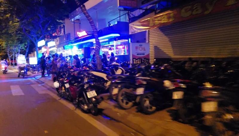 Quán nhậu lấy lòng đường Phạm Văn Đồng làm nơi giữ xe - ảnh 3