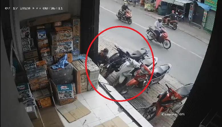 Camera ghi cảnh trộm cắt dây xích, lấy xe máy ở quận 9 - ảnh 1