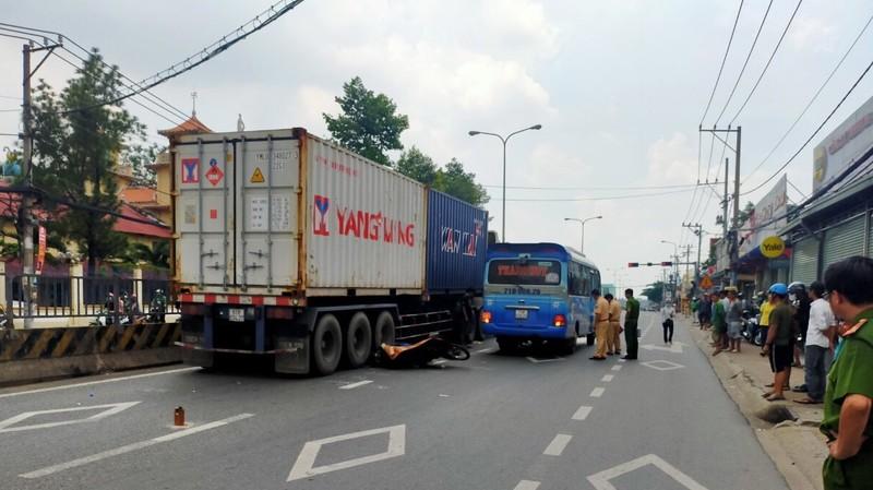 Người đàn ông tử vong khi tông xe khách rồi ngã vào container - ảnh 1