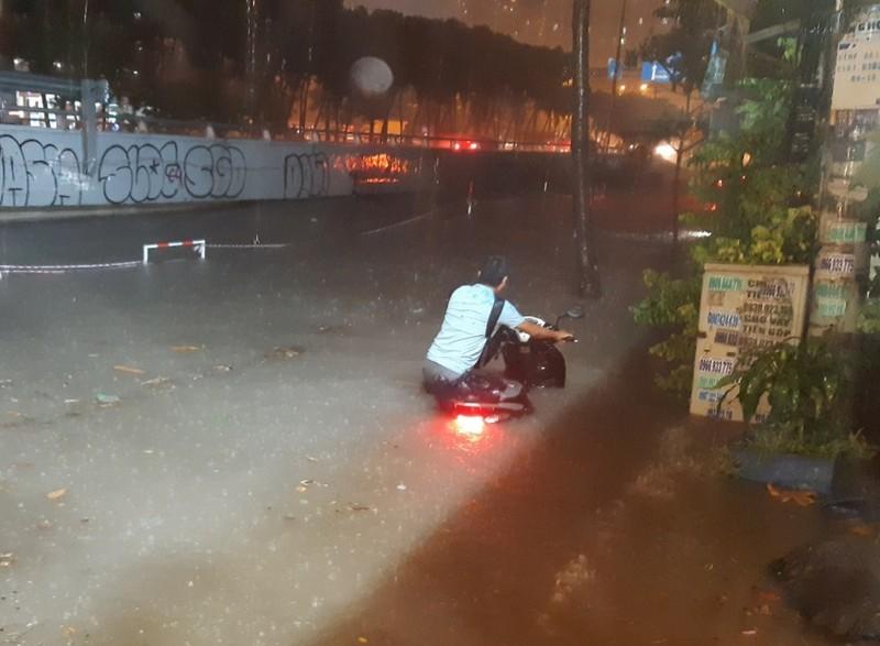 Hình ảnh nước ngập tới yên xe trong cơn mưa lớn tại TP.HCM - ảnh 1