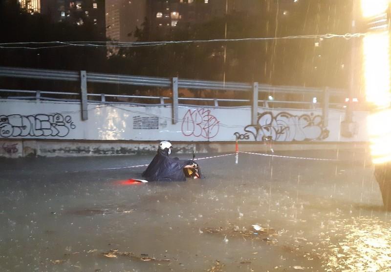 Hình ảnh nước ngập tới yên xe trong cơn mưa lớn tại TP.HCM - ảnh 2