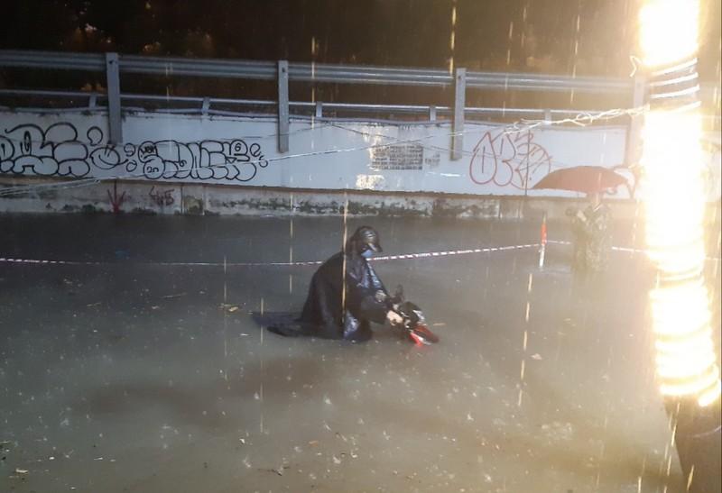 Hình ảnh nước ngập tới yên xe trong cơn mưa lớn tại TP.HCM - ảnh 5