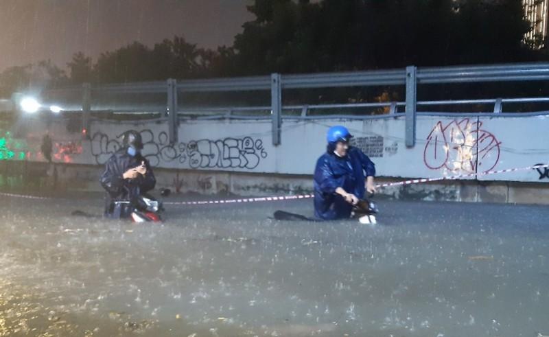 Hình ảnh nước ngập tới yên xe trong cơn mưa lớn tại TP.HCM - ảnh 6