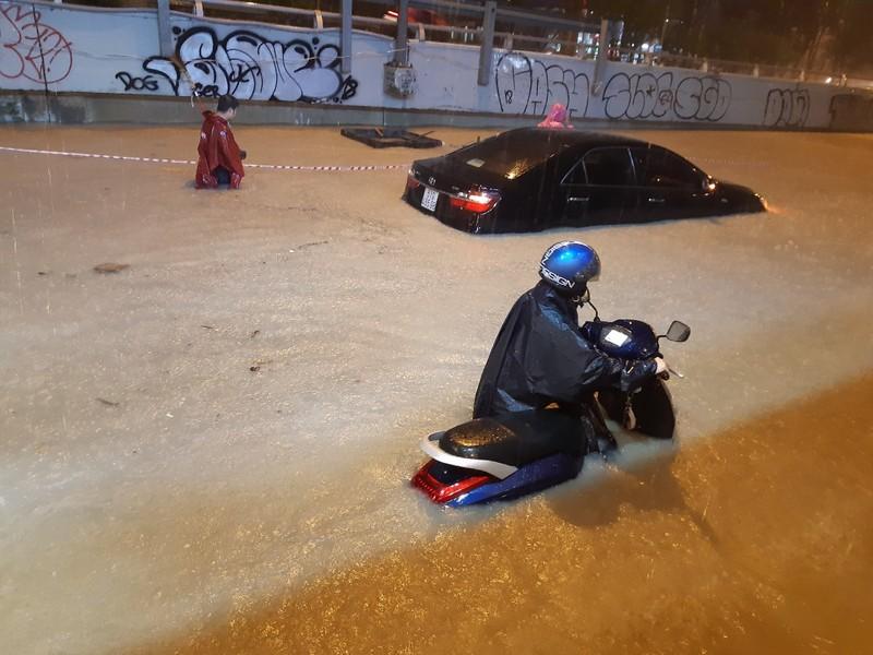 Hình ảnh nước ngập tới yên xe trong cơn mưa lớn tại TP.HCM - ảnh 7