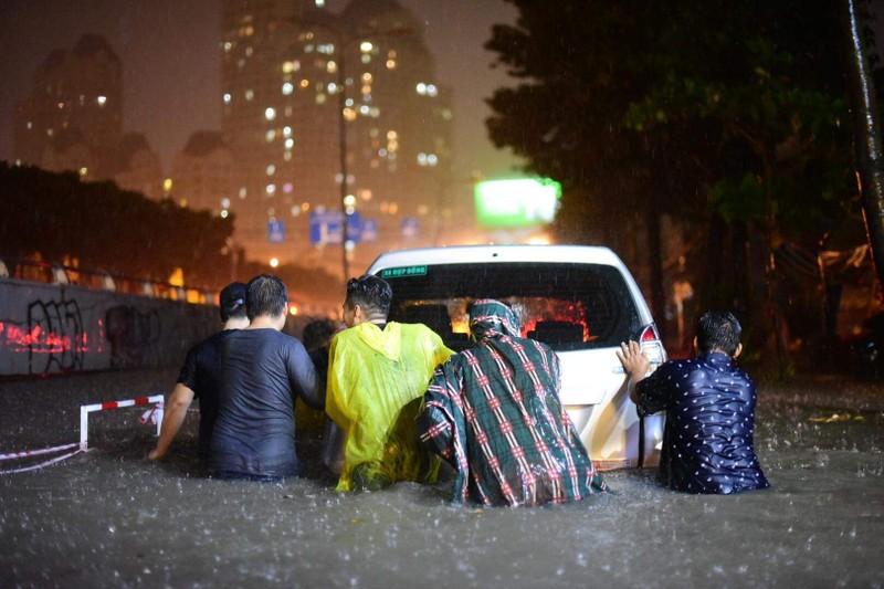 Hình ảnh nước ngập tới yên xe trong cơn mưa lớn tại TP.HCM - ảnh 4