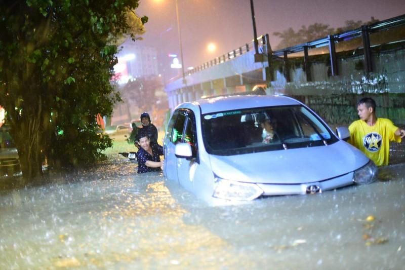 Hình ảnh nước ngập tới yên xe trong cơn mưa lớn tại TP.HCM - ảnh 3
