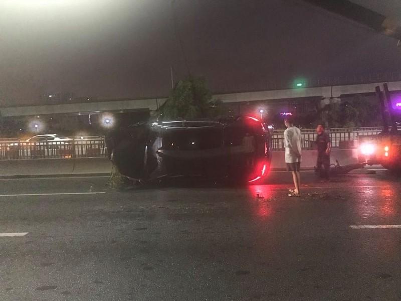 Thanh niên lái ô tô mới mua rơi khỏi cầu Sài Gòn - ảnh 1