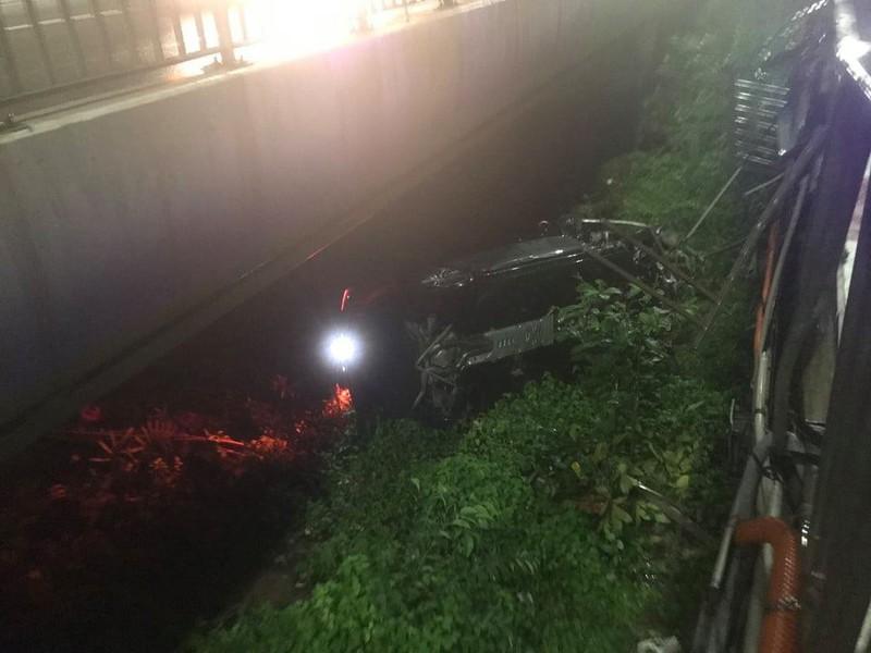 Thanh niên lái ô tô mới mua rơi khỏi cầu Sài Gòn - ảnh 2