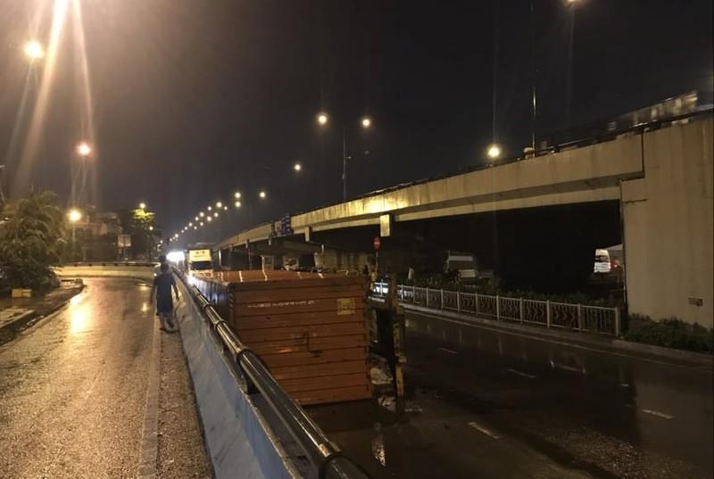 Container lật nhào trong mưa khi ôm cua cầu vượt Linh Xuân - ảnh 1