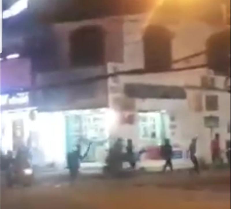 Nhóm thanh niên cầm hung khí rượt đuổi nhau tại quận 9 - ảnh 1