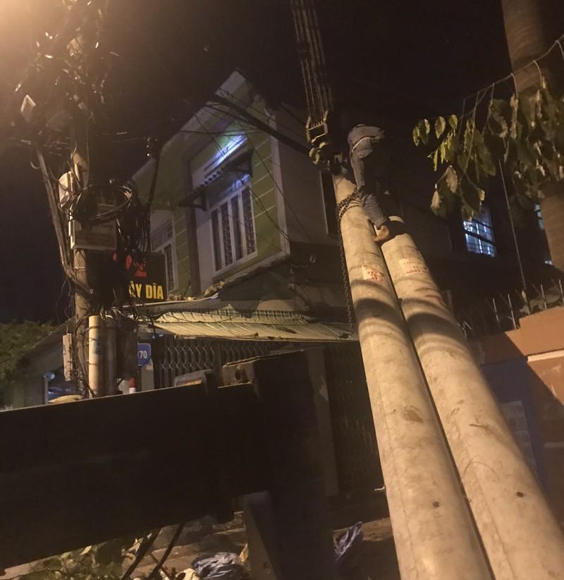 Trụ điện ngã vào nhà, cả gia đình tháo chạy trong đêm - ảnh 1