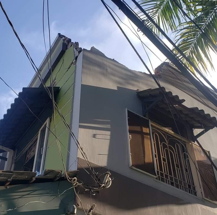 Trụ điện ngã vào nhà, cả gia đình tháo chạy trong đêm - ảnh 2