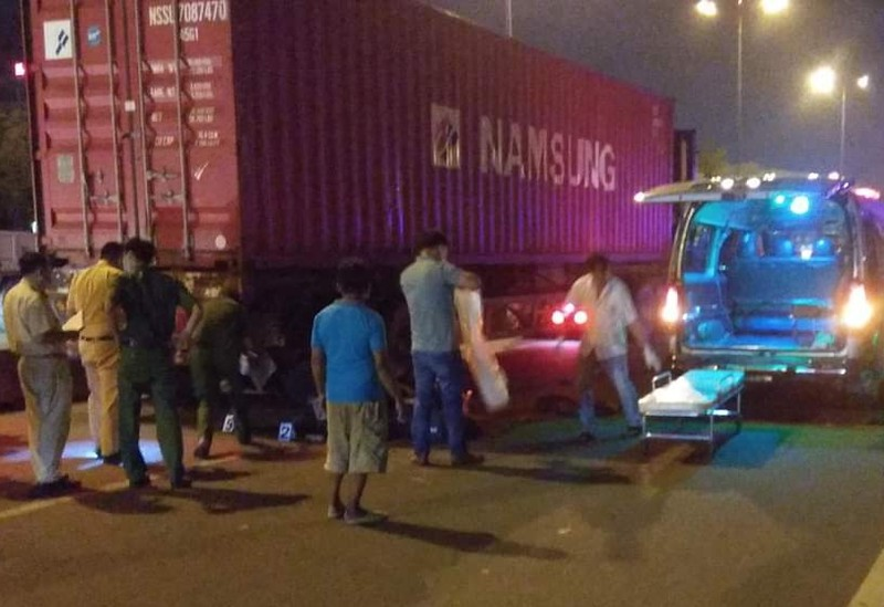 Xe container đi trong làn xe máy gây tai nạn, 1 người tử vong - ảnh 1
