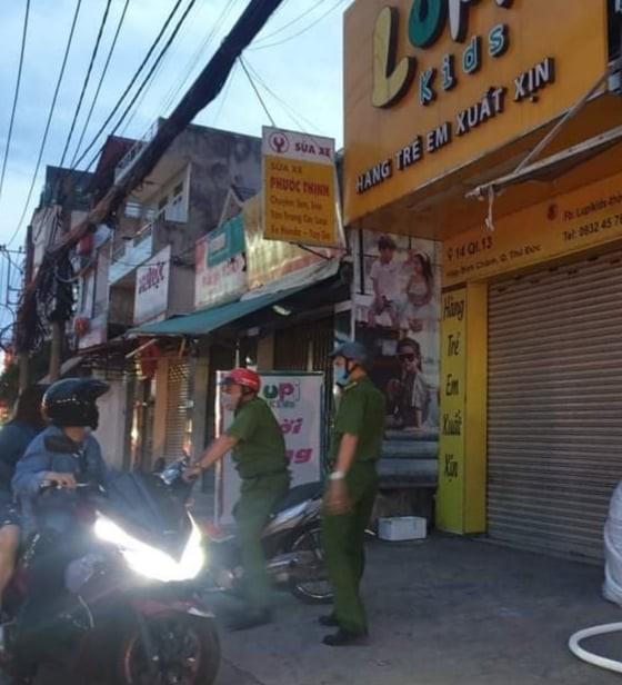 Kẻ cướp táo tợn tấn công nhân viên cướp tại shop quần áo - ảnh 2