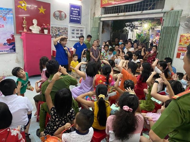 Cảnh sát hình sự múa lân vui đón trung thu cùng trẻ em nghèo - ảnh 2