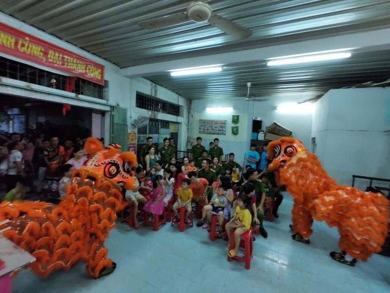 Cảnh sát hình sự múa lân vui đón trung thu cùng trẻ em nghèo - ảnh 1