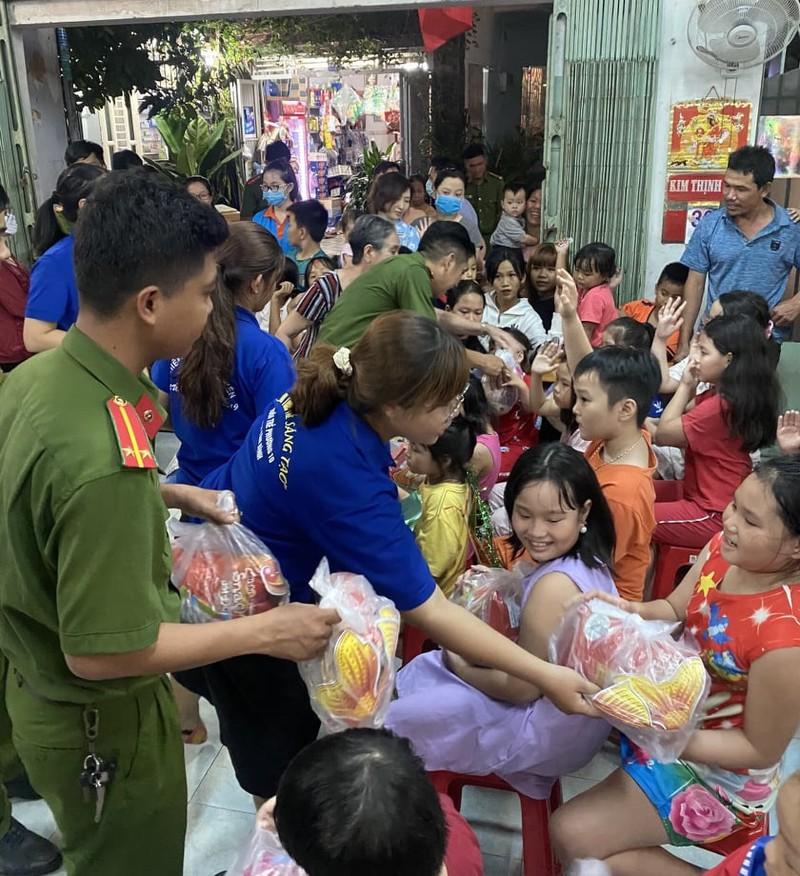 Cảnh sát hình sự múa lân vui đón trung thu cùng trẻ em nghèo - ảnh 3