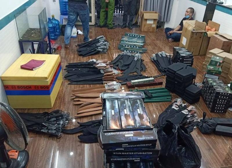 Bắt người bán vũ khí, lần ra cả kho kiếm, súng… ở Thủ Đức - ảnh 1