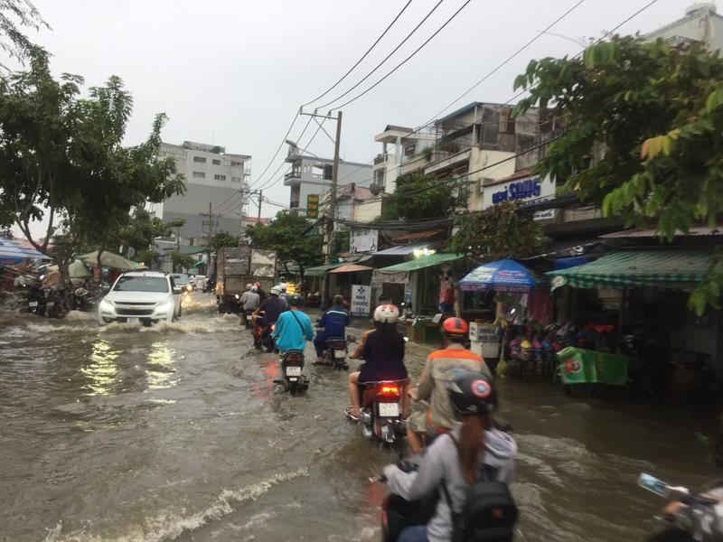 Nhiều nhà dân bị ngập, tài sản hư hỏng do triều cường dâng - ảnh 1